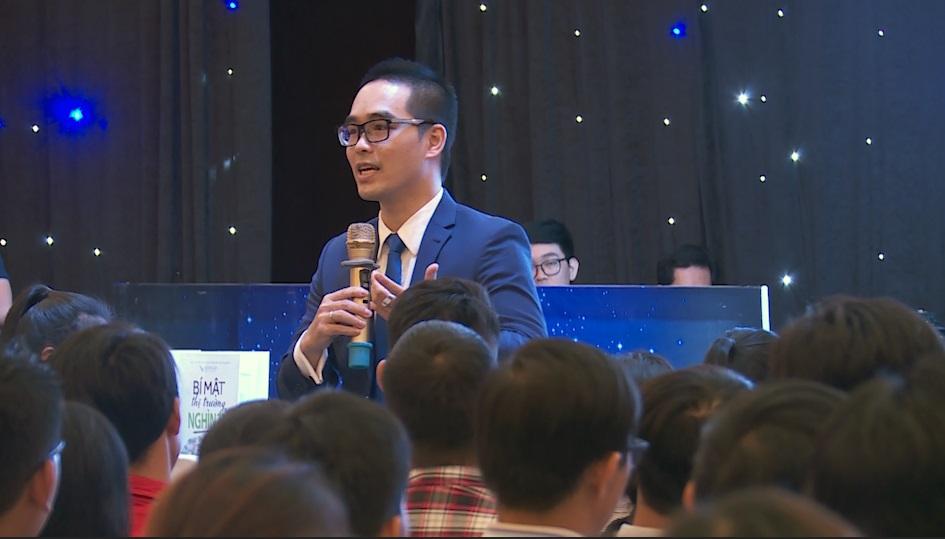 Jackie Thái chia sẻ với các học viên trong Hội thảo Bí Mật Thị Trường Nghìn Tỷ