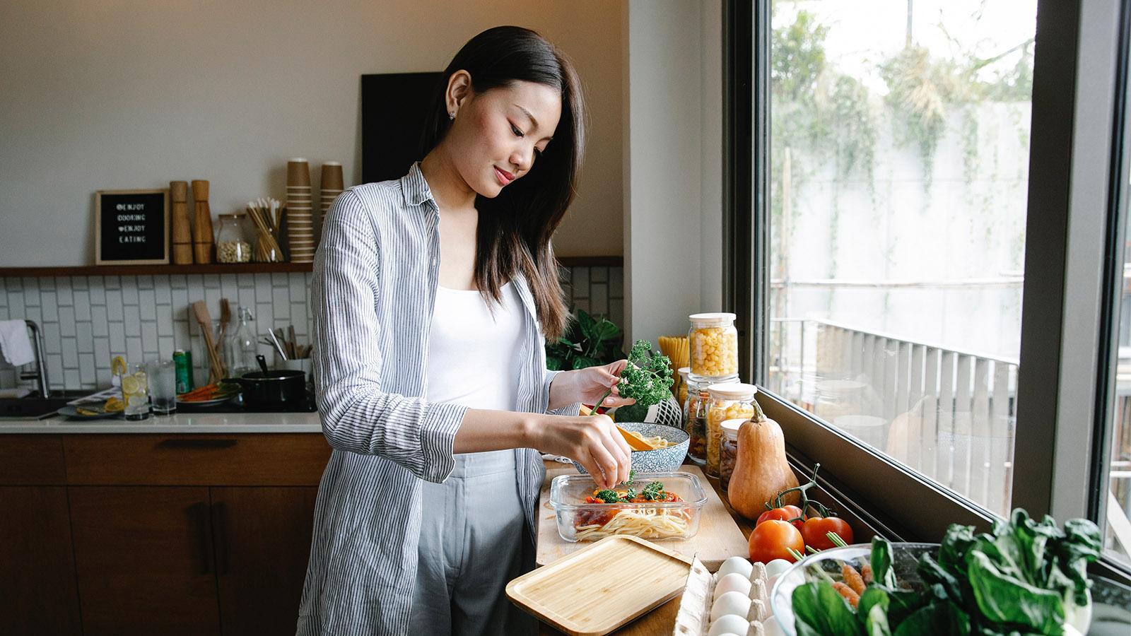 Tiết kiệm chi phí sinh hoạt bằng cách tự nấu ăn hằng ngày